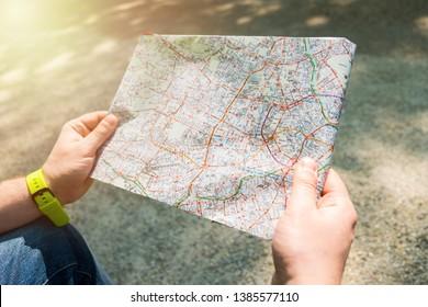 Der Mensch hält eine Karte. Reisekonzept. Einen Weg zu finden.
