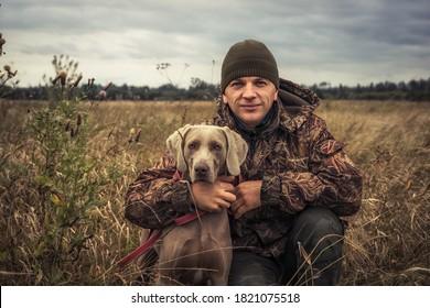 Homme chasseur avec chien de chasse Portrait d'ami Weimaraner en campagne pendant la saison de chasse