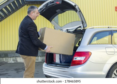 Man invites box in the trunk of the car