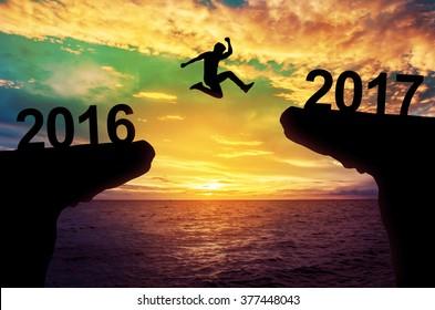 Ein Mann springt zwischen 2015 und 2016 Jahre.