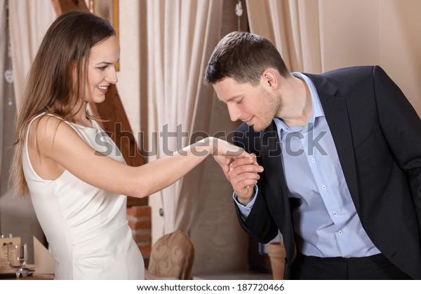 食事の前に妻の手にキスをする男