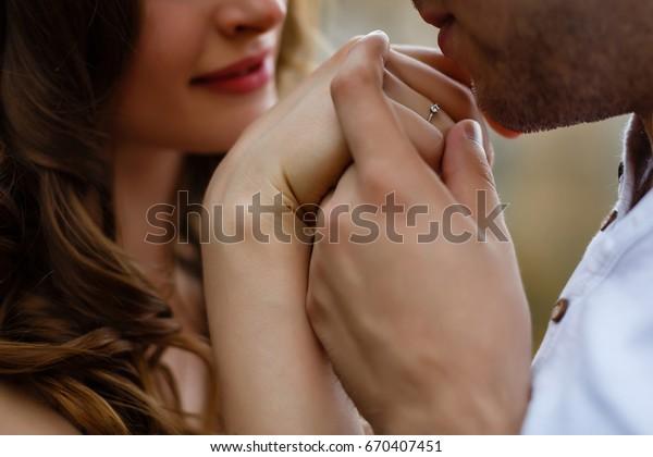 女の手にキスをする男