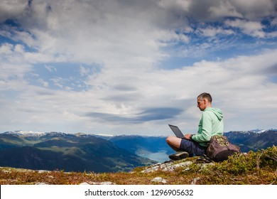 man with laptopworking outdoors