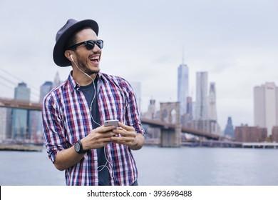Homem ouvindo música com seu smartphone em Brooklyn, Nova York