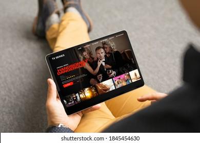 Mann aussehende Fernsehserien und -filme über Streaming-Service auf seinem digitalen Tablett