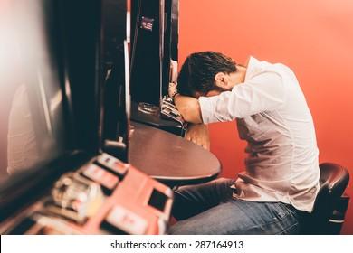 Mann verliert an Spielautomaten im Casino