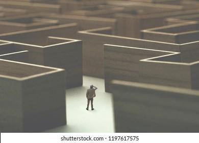 Mann verloren in einem komplexen Labyrinth, surrealen Konzept