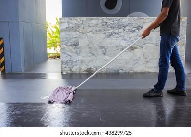 Der Mann wackelt den Boden.