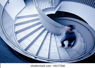 Mann in Bewegung unscharfe Stufen hinauf