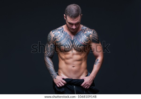 L Homme Au Torse Muscle Nu Avec Photo De Stock Modifier Maintenant 1068109148