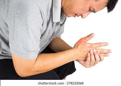 Un homme avec une goutte douloureuse et gonflée sur la main autour du pouce.