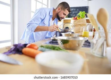 Mann bereitet leckeres und gesundes Essen in der Heimküche zu