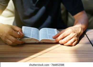 Mann, der aus der heiligen Bibel liest, Nahaufnahme