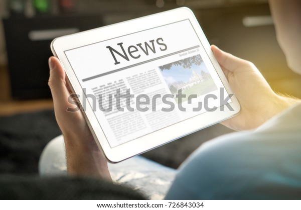 Man liest zu Hause die Nachrichten auf Tablet. Imaginäre Online- und mobile News-Website, App oder Portal auf einem modernen Touchscreen-Display. Halten Sie das intelligente Gerät in der Hand.