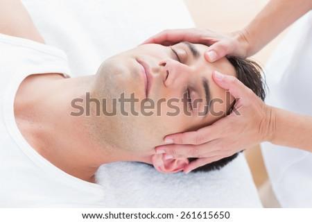 man receiving head massage medical office の写真素材 今すぐ編集