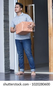 a man recieve a delivery box at home