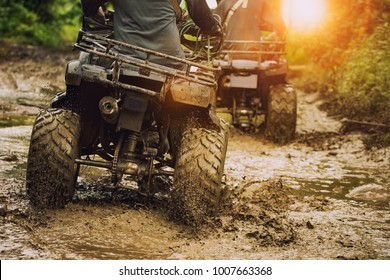Mann, der mit dem Auto auf Geländestrecke fährt, Menschen Outdoor-Sport-Aktivitäten Thema