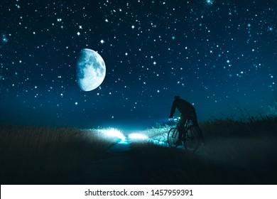 Mann, der mit dem Fahrrad durch das Feld fährt.