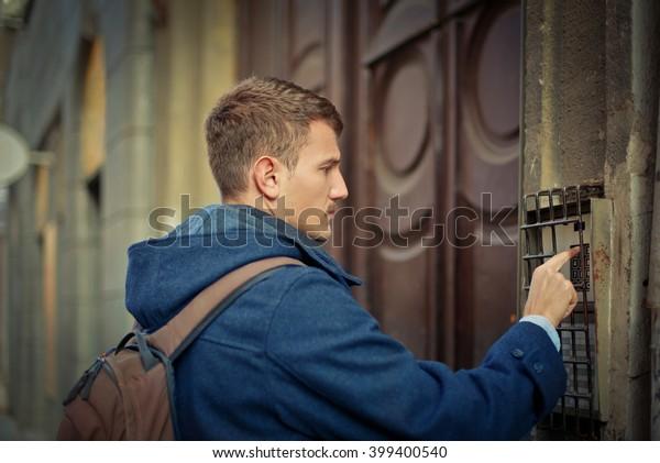 Mann klingelt die Glocke