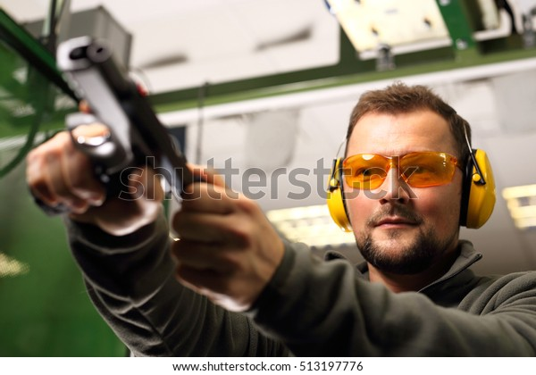 The man at the shooting reloads pistol