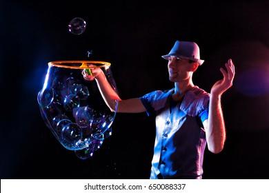 Man shows a show of soap bubbles.