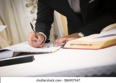 ein Mann unterschreibt ein Dokument