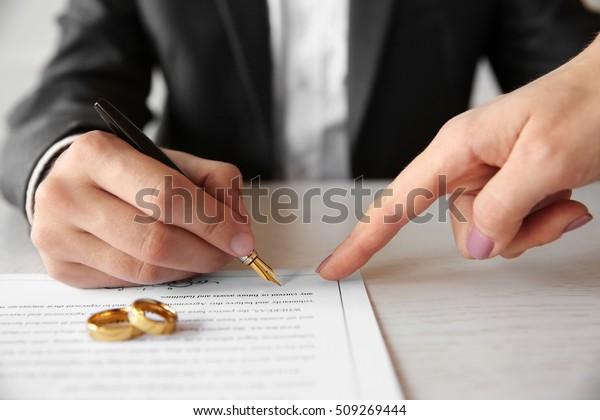 Mann, der den Ehevertrag unterzeichnet, Nahaufnahme