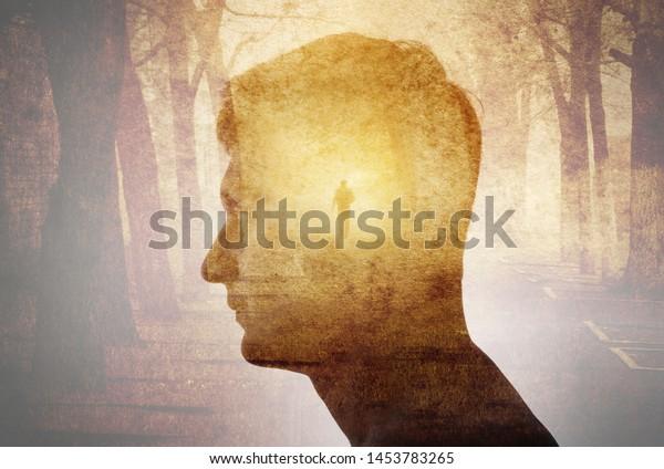 Silueta de hombre sobre fondo de paisaje gótico. Psiquiatría, psicología, concepto, gótico, fondo steampunk