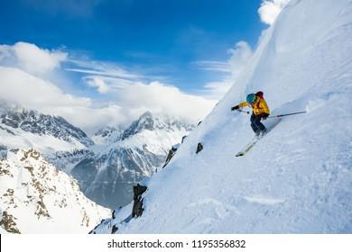 Ein Mann fährt den Hügel auf dem steilen Berg der Alpen hinunter. Chamonix. Hochgebirgsgebiet.