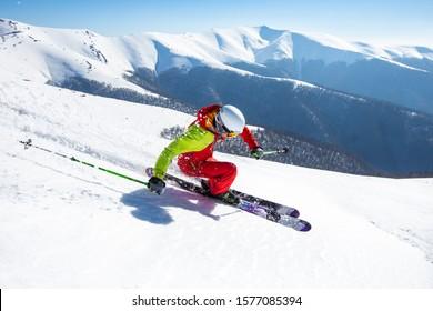 Ein Mann fährt den Hügel hinunter auf dem steilen Hang der Karpaten.