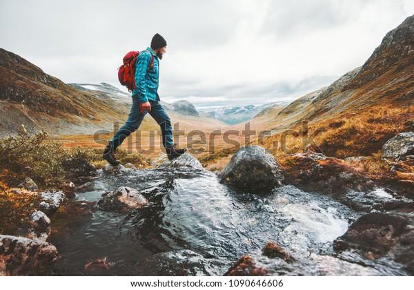 Mann allein reist Rucksacktouristen in skandinavischen Bergen aktiv gesunde Lifestyle-Abenteuer Reise-Urlaub