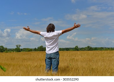 A man stands on the rye field