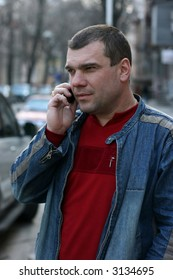 The man in the street the cities, talking by mobile phone