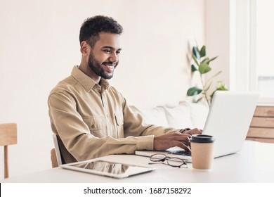 コンピューターで働く男子学生。自宅でノートパソコンを使用する実業家。インターネットマーケティング、フリーの仕事、自宅で働く、オンライン学習、コンセプトの勉強。距離教育