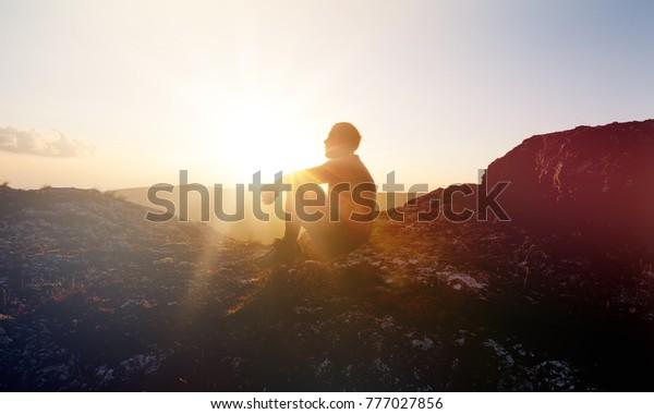 Mann auf Sonnenuntergang