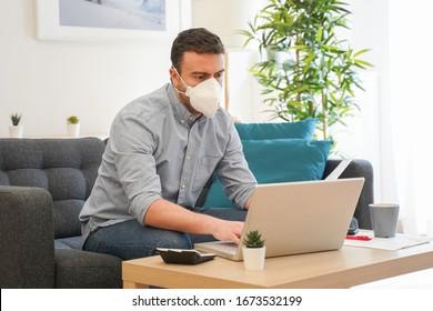 Mann, der nach einer Coronavirus-Pandemie von zu Hause aus Telearbeit macht
