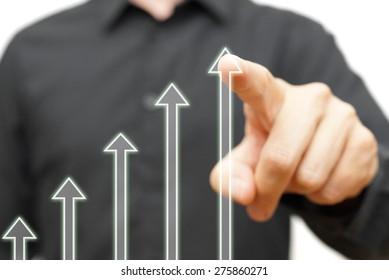 Der Mensch berührt die wachsenden Pfeile, das Konzept der  Optimismus