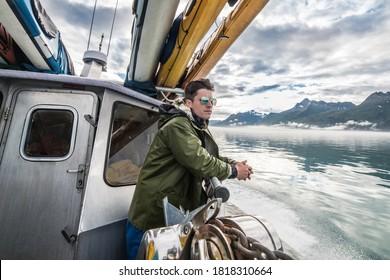 Der Mensch reist mit Kajaks auf dem Boot, um Abenteuer in Alaska zu verbringen