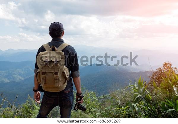 Человек путешественник с фотокамерой и рюкзаком походы на открытом воздухе Путешествия Стиль жизни и приключения концепции.