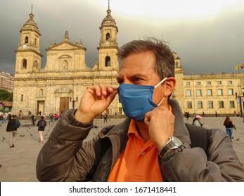 Hombre usa mascarillas para prevenir la propagación de virus en Bogotá Colombia Sudamérica