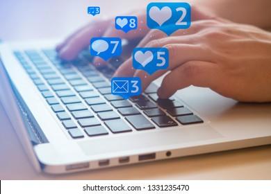 Der Mensch benutzt Laptop mit schwarzen Schlüsseln, Social Media und Social Networking. Marketingkonzept