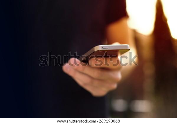 Uomo con smartphone mobile - concentrarsi sulla parte superiore del telefono