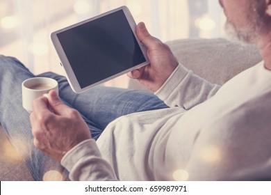 Mann mit Tablet-Computer