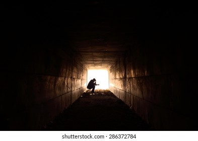 man waiting to help poor single-handed
