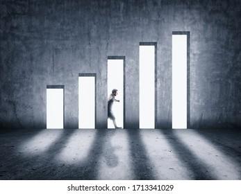 Hombre caminando detrás de una pared de hormigón. Incrementando el concepto gráfico . Las puertas abiertas aumentan las oportunidades de ganancias.