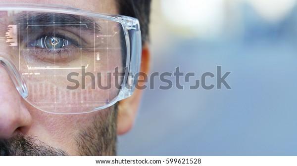 Um homem observa com um olhar futurista com óculos realidade aumentada na holografia. Conceito: tecnologia imersiva, futuro, olhos e visão futurista.