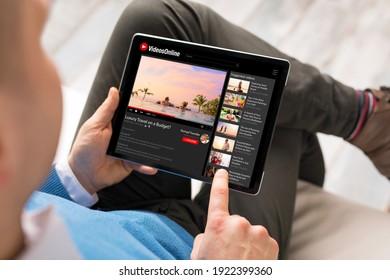 Mann, der Online-Videos auf Tablets anschaut