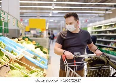Mann, der beim Ausbruch der Coronavirus-Lungenentzündung Einwegmasken im Supermarkt einkauft. Schutz und Vorbeugung von Maßnahmen während der Epidemiezeit.