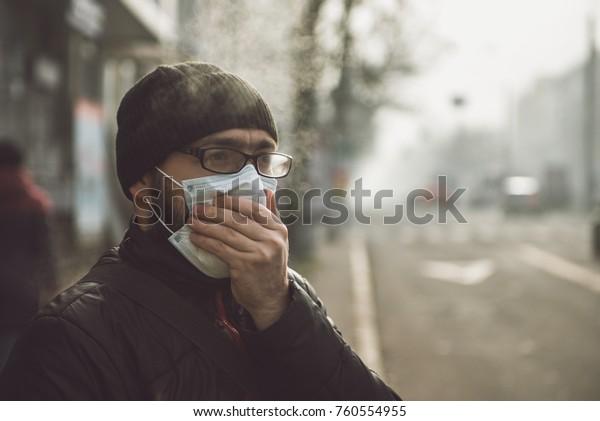 Мужчина в маске на улице. Защита от вирусов и захвата