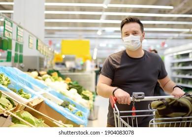 Mann, der während des Ausbruchs der Coronavirus-Lungenentzündung im Supermarkt eine Schutzmaske trägt. Beschränkungen der sozialen Distanzierung und des Gesichtsausdrucks - Messung der Sicherheit während der Covid-19-Pandemie